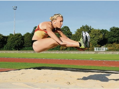 Im Weitsprung knackt Christina Kiffe die Sechs-Meter-Marke.
