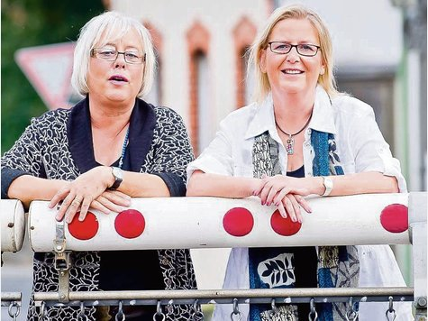 Die Autorinnen Kerstin Klamroth und Veronika Aydin hinter der Bahnschranke in Hofheim-Lorsbach, die auch in ihrem Krimi erwähnt wird.