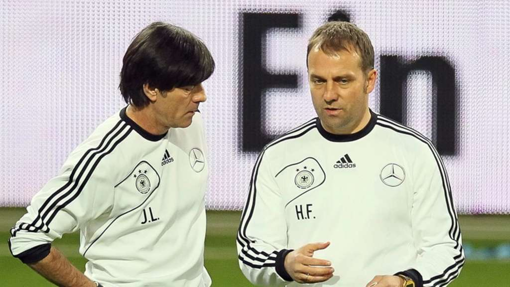 BundestrainerJoachim Löw (l.), hier mit Co-Trainer Hansi Flick,