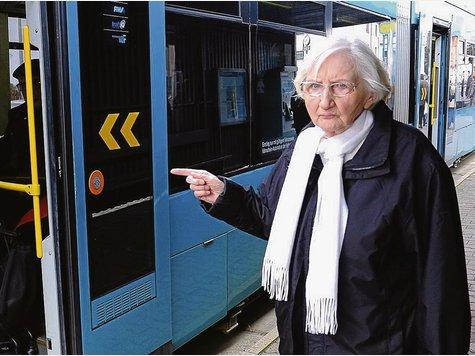 Elisabeth Plato-Freitag ist genervt: Häufig versperren Mitreisende die Eingänge, sodass sich ältere Menschen oder Gehbehinderte beim Einstieg nicht festhalten können.