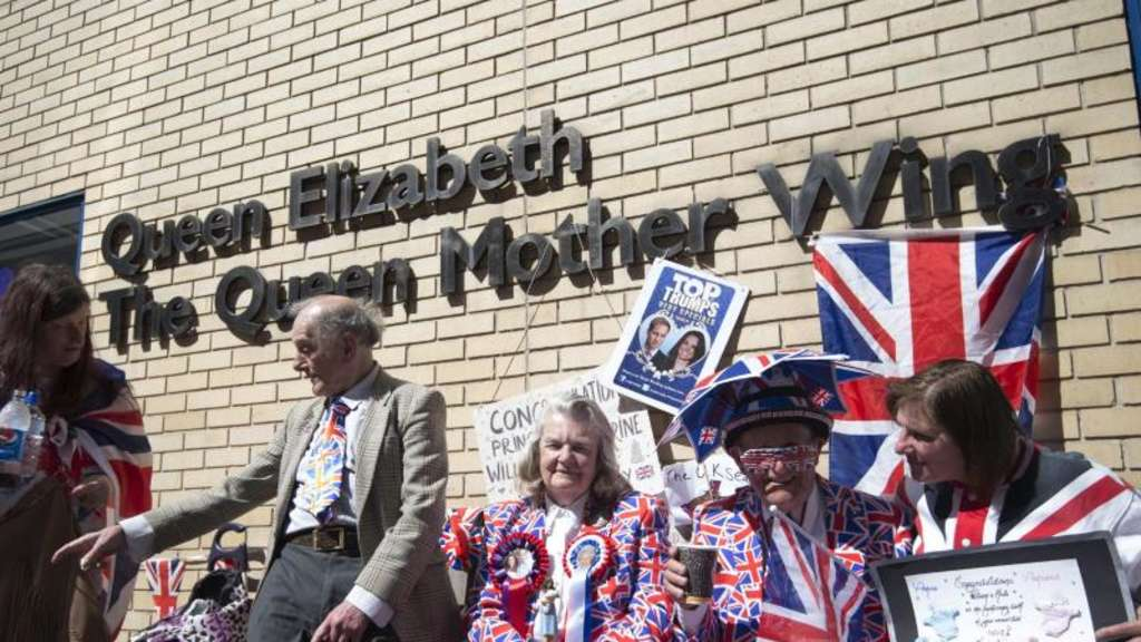 Royalisten vor der Klinik in London. Foto: Facundo Arrizabalaga