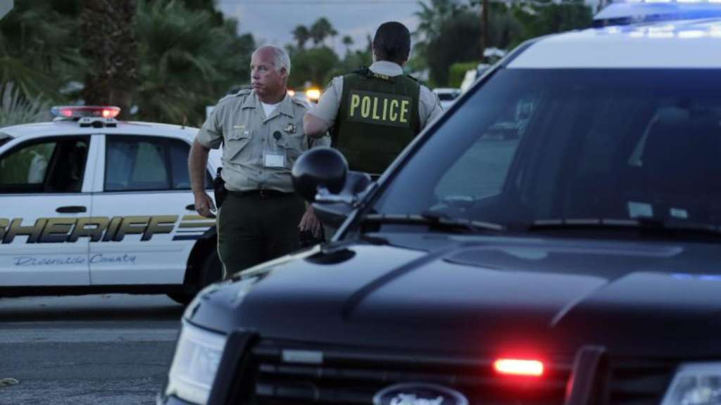 Polizisten stehen in der Nähe des Tatorts in Palm Springs. Foto: Paul Buck