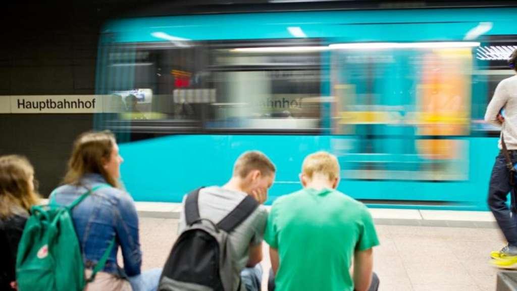 Polizei Frankfurt am Main: Ältere Dame fällt aus haltender U-Bahn