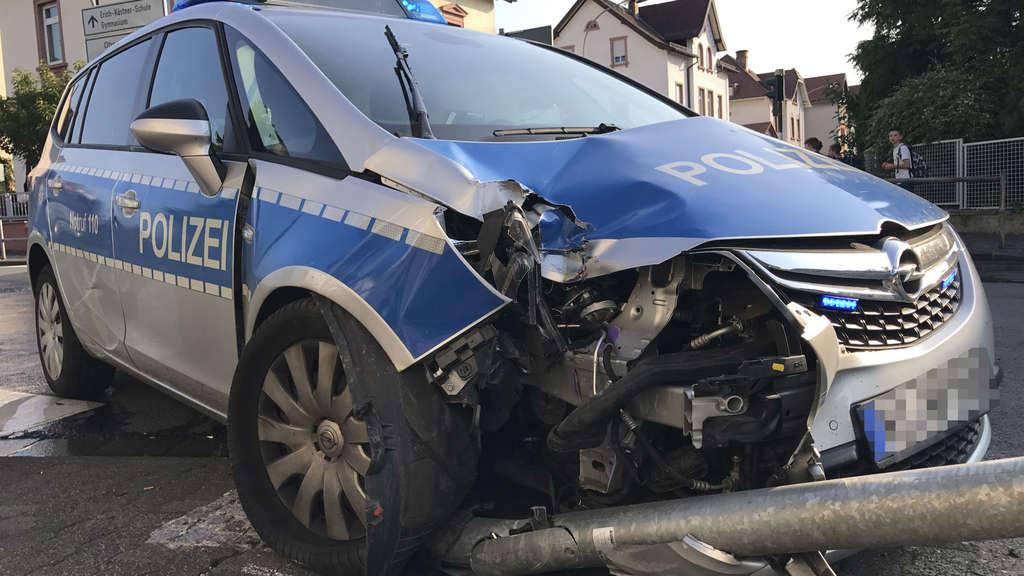 Unfall in Oberursel: Crash zwischen Streifenwagen, Audi und Ampelanlage