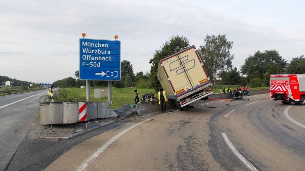 Fahrerin (38) tot | Laster reißt KIA in zwei Stücke
