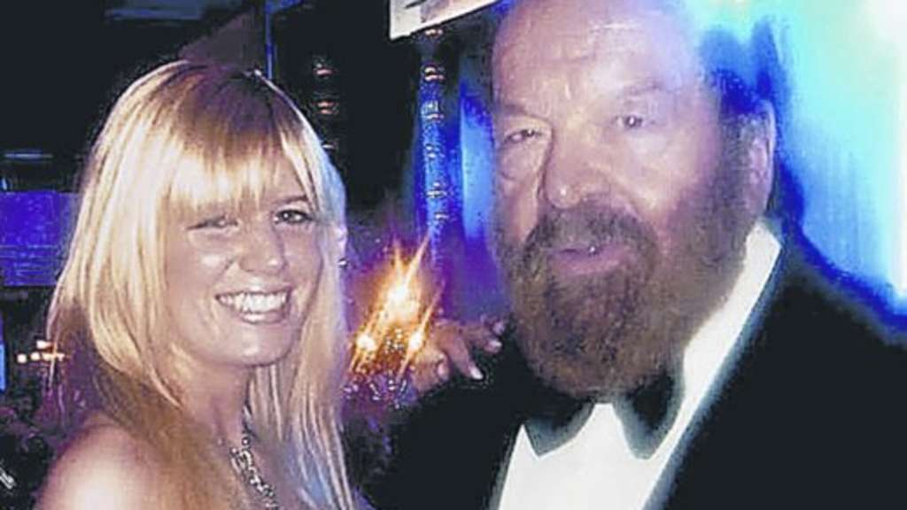 Bikini-Body Julia Simonis mit Bud Spencer.