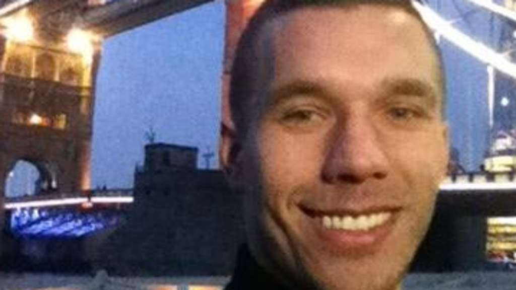 Lukas Podolski vor der Tower Bridge