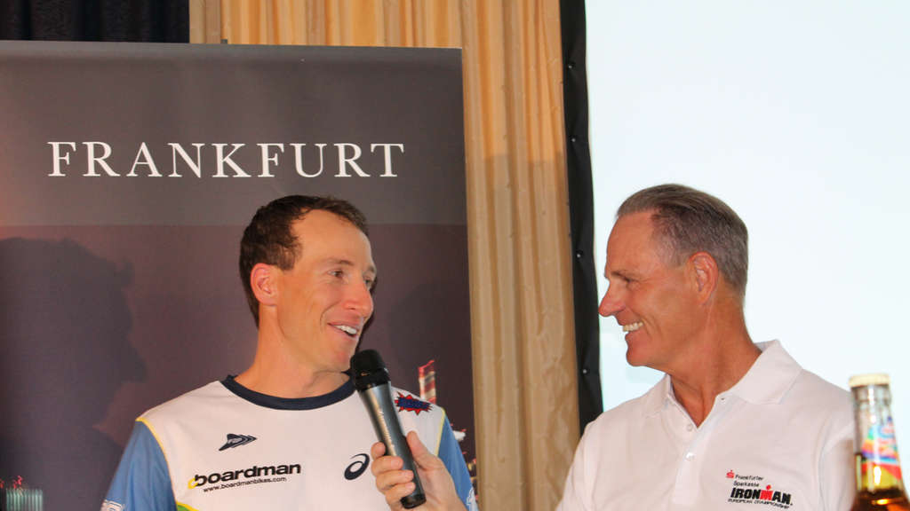 Ironman-Weltmeister Pete Jacobs wird von Ironman-Sprecherlegende Mike Reilly interviewt.