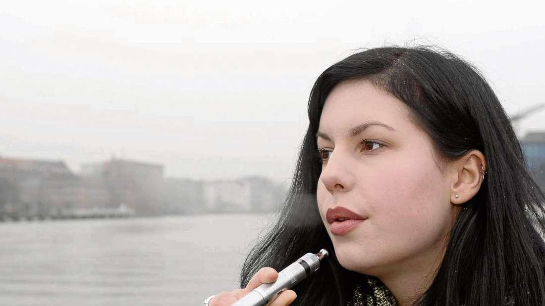 Genuss statt Reue: Viele Raucher sind der Überzeugung, dass E-Zigaretten ungefährlich seien. Experten sind da anderer Meinung. F.: tunedin - fotolia.com