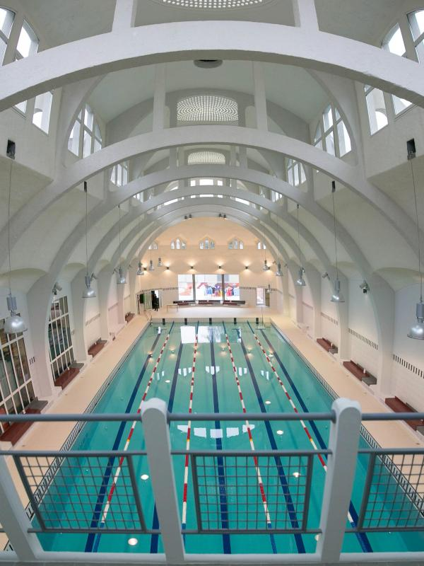 Frau treibt leblos im wasser im hallenbad in neu isenburg for Neu isenburg schwimmbad