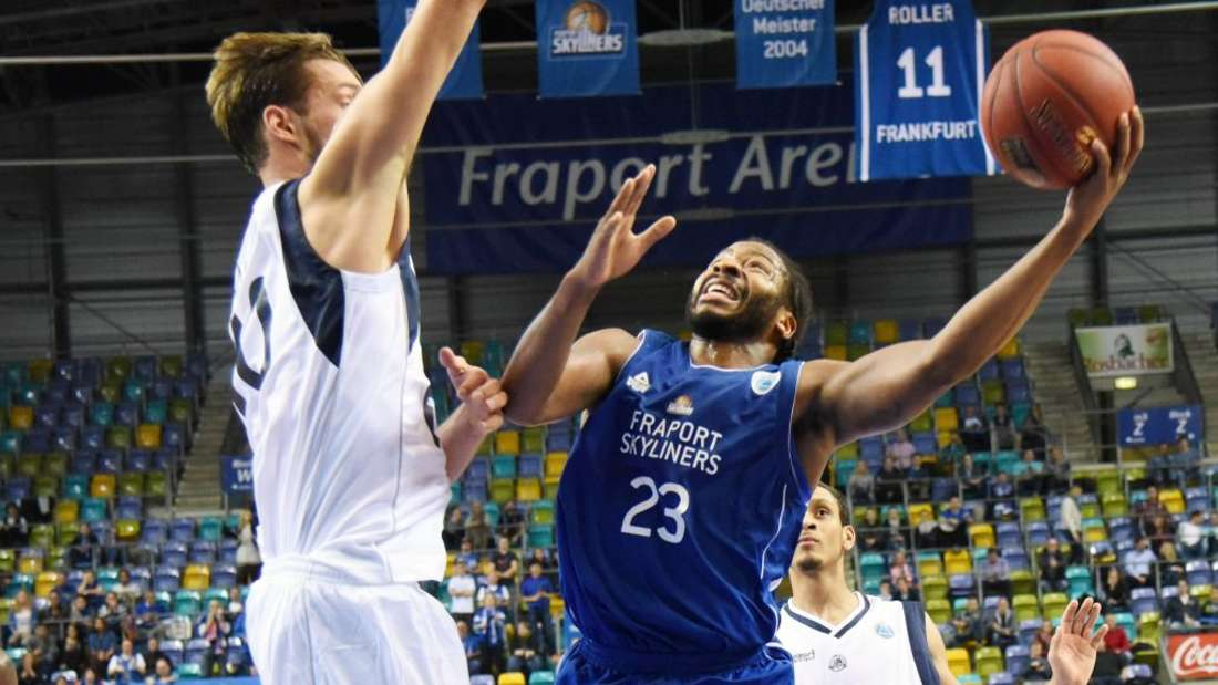 27.10.2015, xblx, FIBA Europe Cup, Frankfurt Skyliners - ZZ Leiden, emspor, v.l. Jeroen van der List (ZZ Leiden), Quantez Lamar Robertson (Fraport Skyliners Frankfurt)