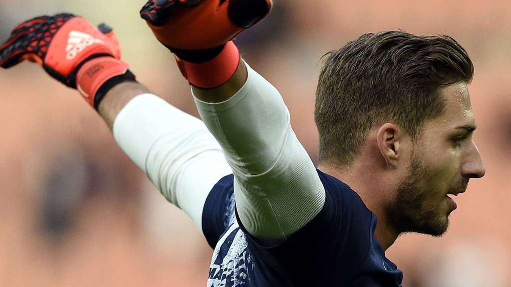 Paris Saint-Germain&#39s German goalkeeper Kevin Trapp warms up ahead of the French L1 football match between Paris Saint-Germain (PSG) and Toulouse at the Parc des Princes stadium in Paris, on November 7, 2015. AFP PHOTO / FRANCK FIFE