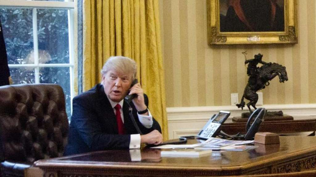 US-Präsident Donald Trump bei einem Telefonat im Oval Office in Washington. Foto: Manuel Balce Ceneta