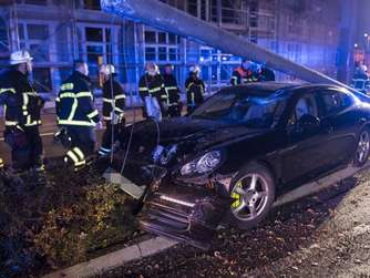 Fotos: Porsche rast in Bad Homburg in Straßenlaterne
