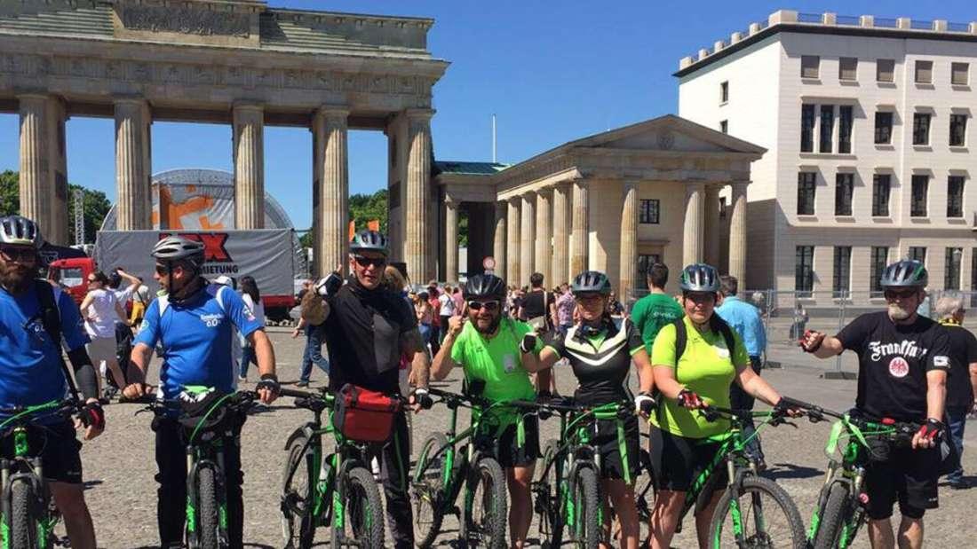 Endlich geschafft! Die Truppe hat das Brandenburger Tor erreicht.