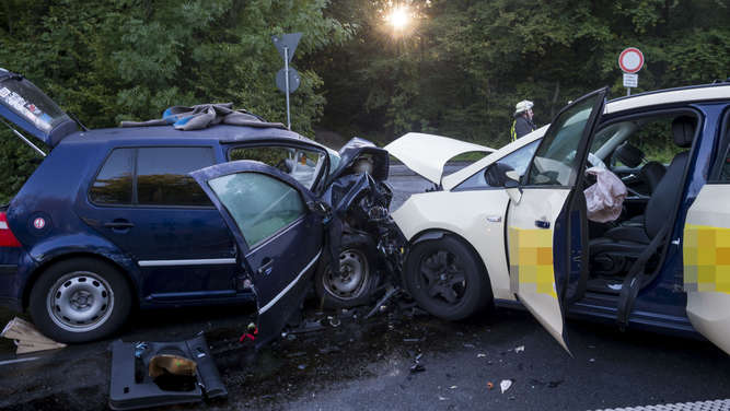 Fotos: Auto rast bei Bad Homburg in frontal in Taxi