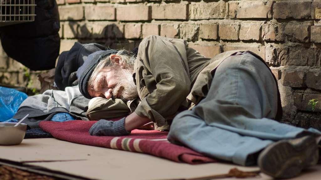 Bildergebnis für obdachloser auf karton