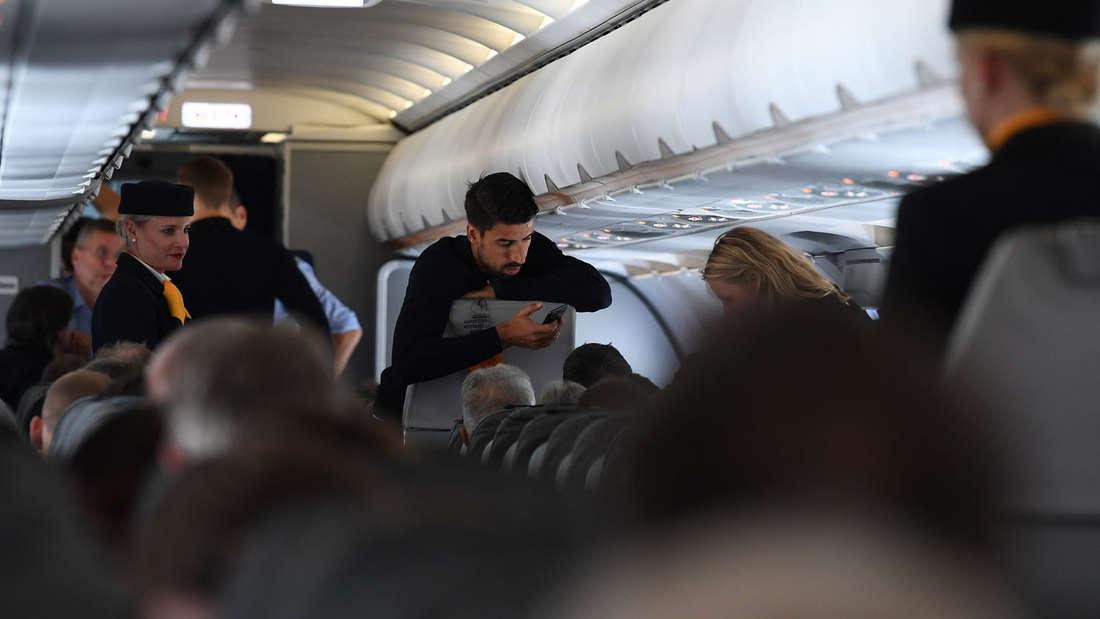 Kurz vor Abflug: Sami Khedira checkt noch mal sein Handy.