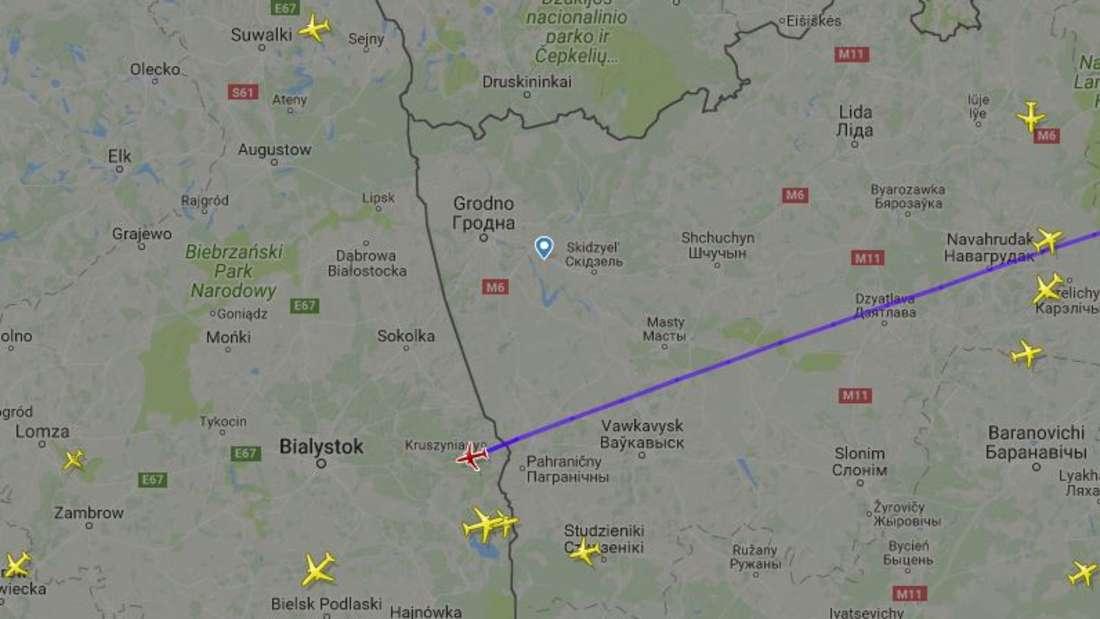 Die DFB-Maschine hat vor Kurzem die weißrussisch-polnische Grenze überquert.