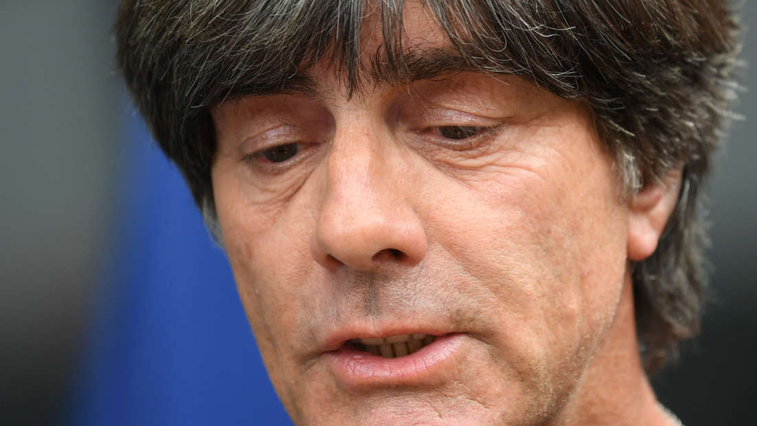 Gesenkter Blick: Joachim Löw spricht auf dem Frankfurter Flughafen zu den anwesenden Journalisten.
