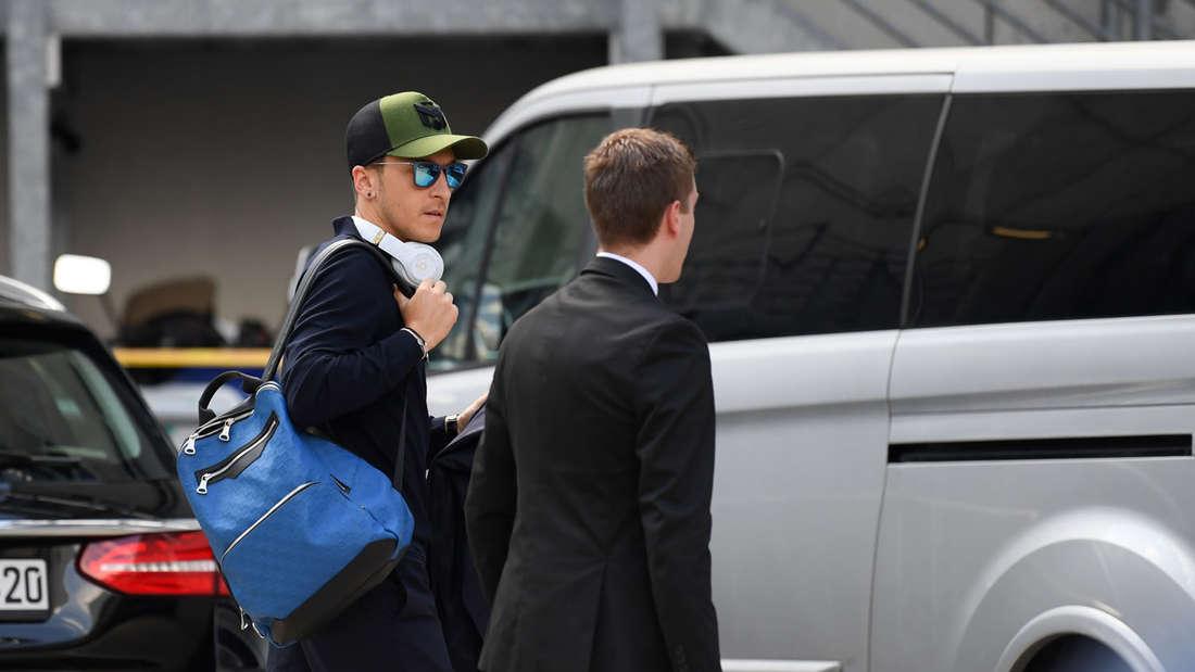 Nach der Ankunft der deutschen Nationalmannschaft steigt Mesut Özil in eine Limousine und fährt davon.
