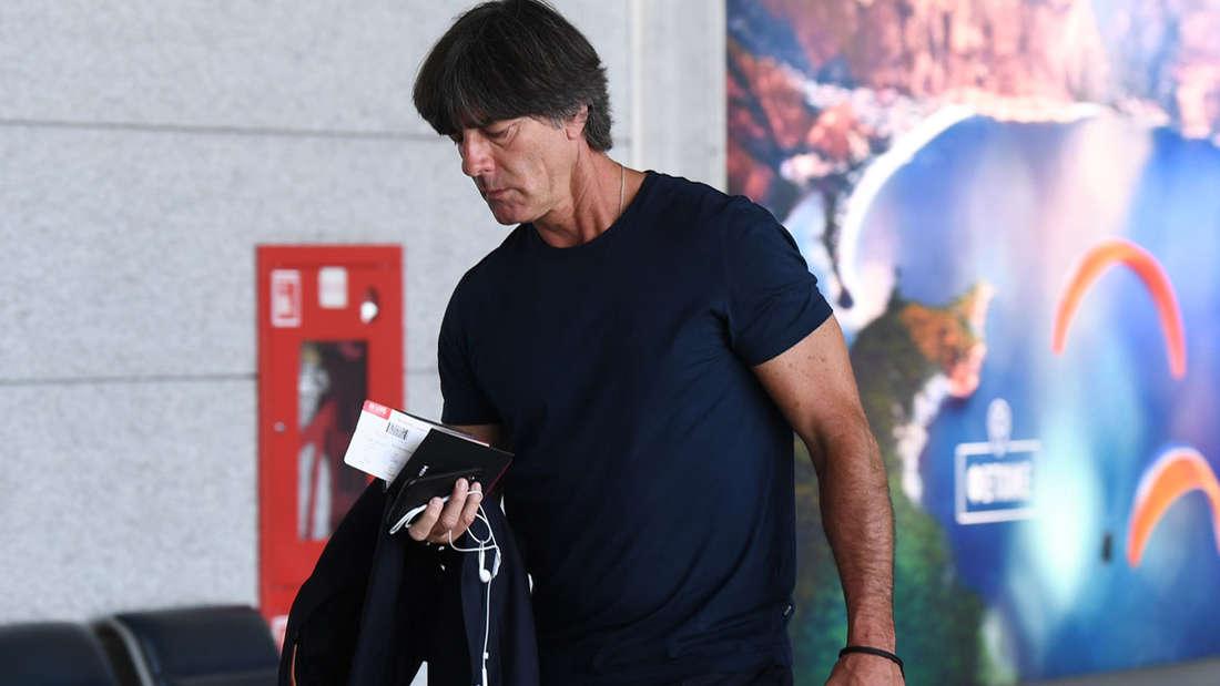 Joachim Löw vor dem Abflug aus Moskau.