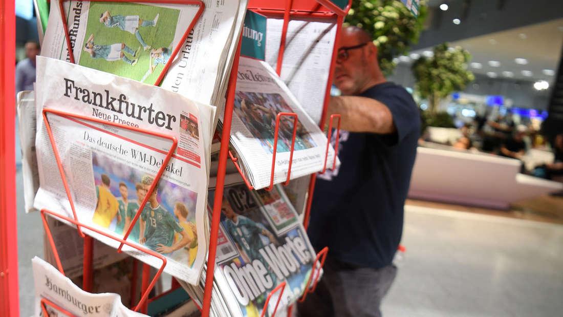 So sahen die Zeitungsständer am Donnerstag am Frankfurter Flughafen aus.