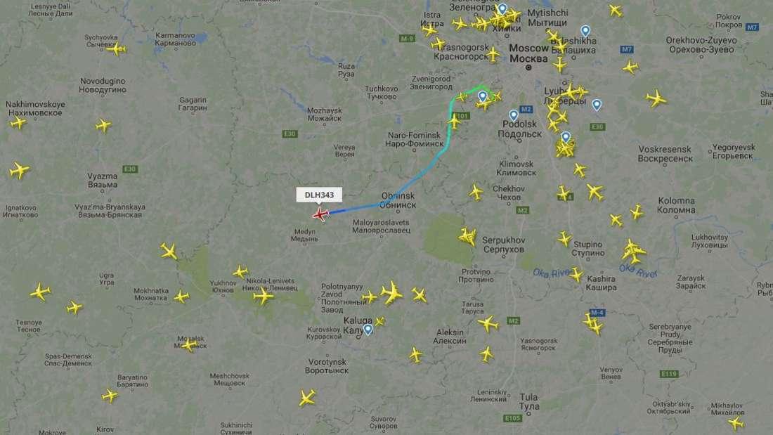 Aktuell ist die DFB-Maschine noch nicht weit von Moskau entfernt.