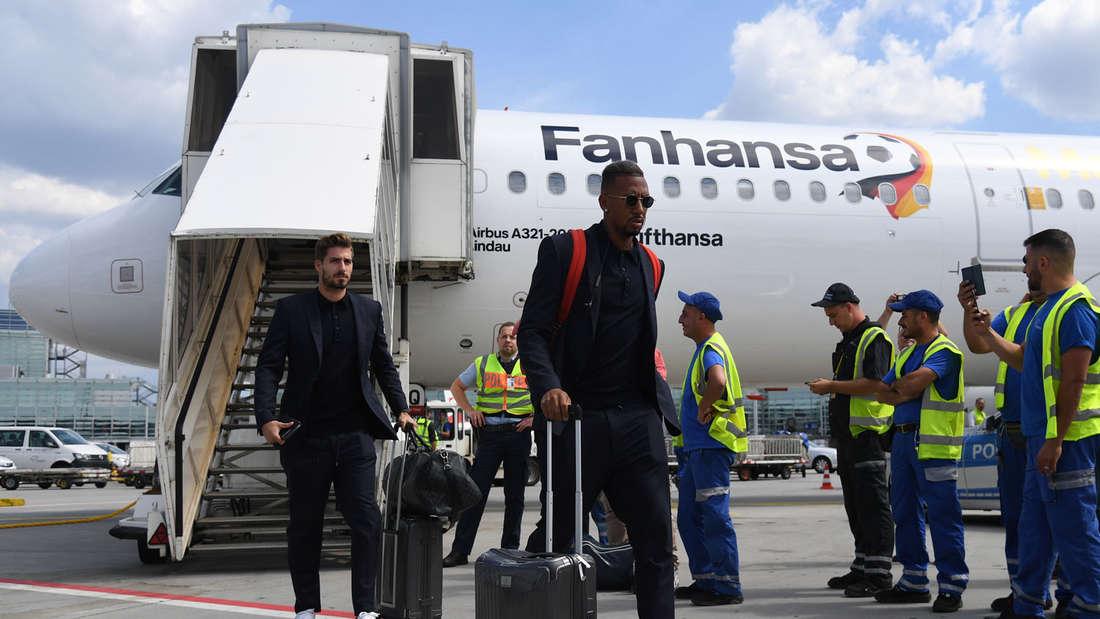 Die Nationalspieler Kevin Trapp (hinten) und Jerome Boateng landen in Frankfurt.
