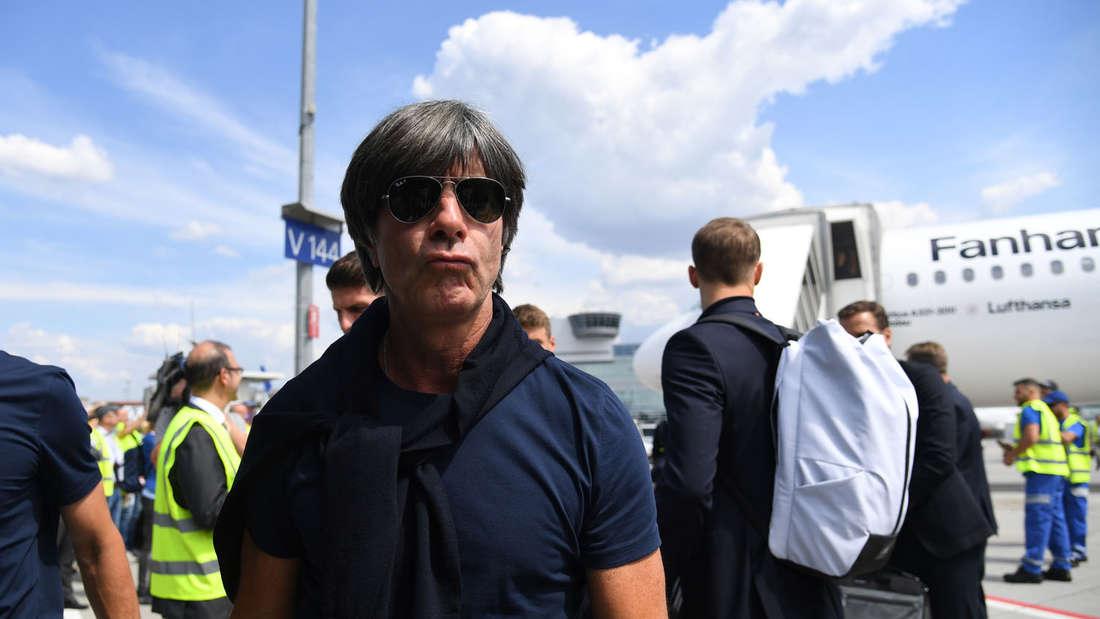Bundestrainer Joachim Löw kurt nach der Landung derdeutschen Nationalmannschaft. Alle fragen sich: Macht er weiter?