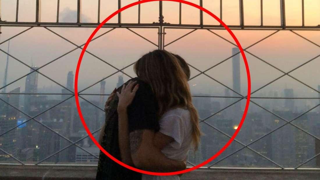 Als wolle er sie nie loslassen: Tom Kaulitz umarmt Heidi Klum.