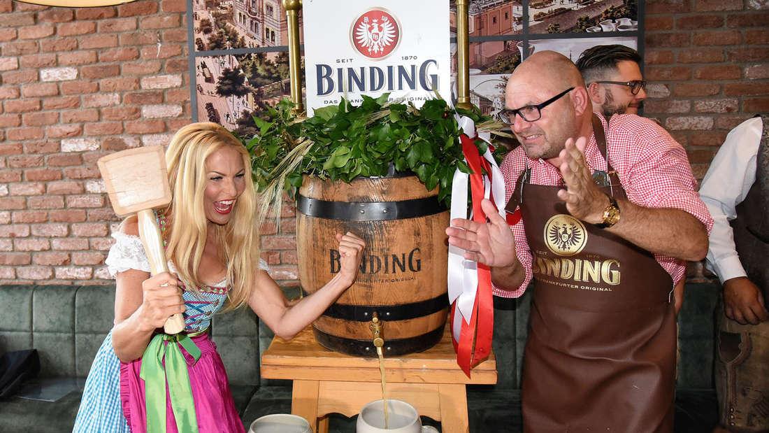 O'zapft is! Das Frankfurter Oktoberfestbier wurde vorgestellt - mit Moderatorin Sonya Kraus.