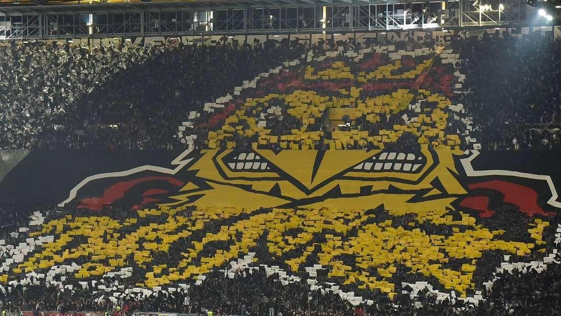 Frankfurts Fans begeisterten vor dem Spiel mit einer kreativen Choreographie. Im Spiel sorgten sie mit großartiger Stimmung für Gänsehautatmosphäre. J Foto: Hübner