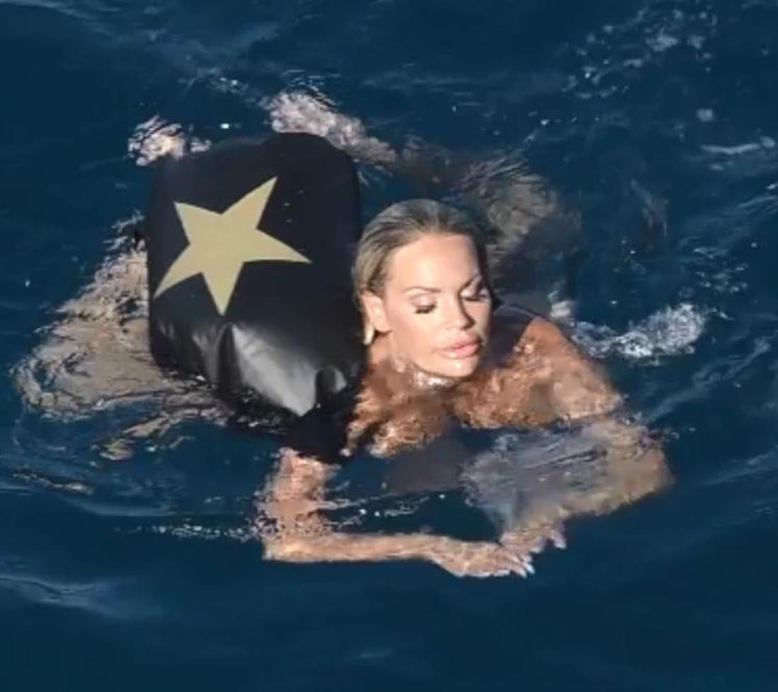 """Gina-Lisa-Lohfink schwimmt nackt in der neuen RTL Sendung""""Adam sucht Eva""""."""