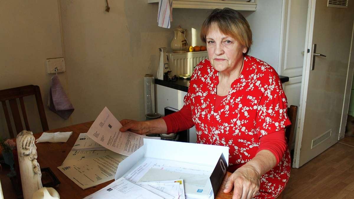 Oma leckt der Enkelin die Votze