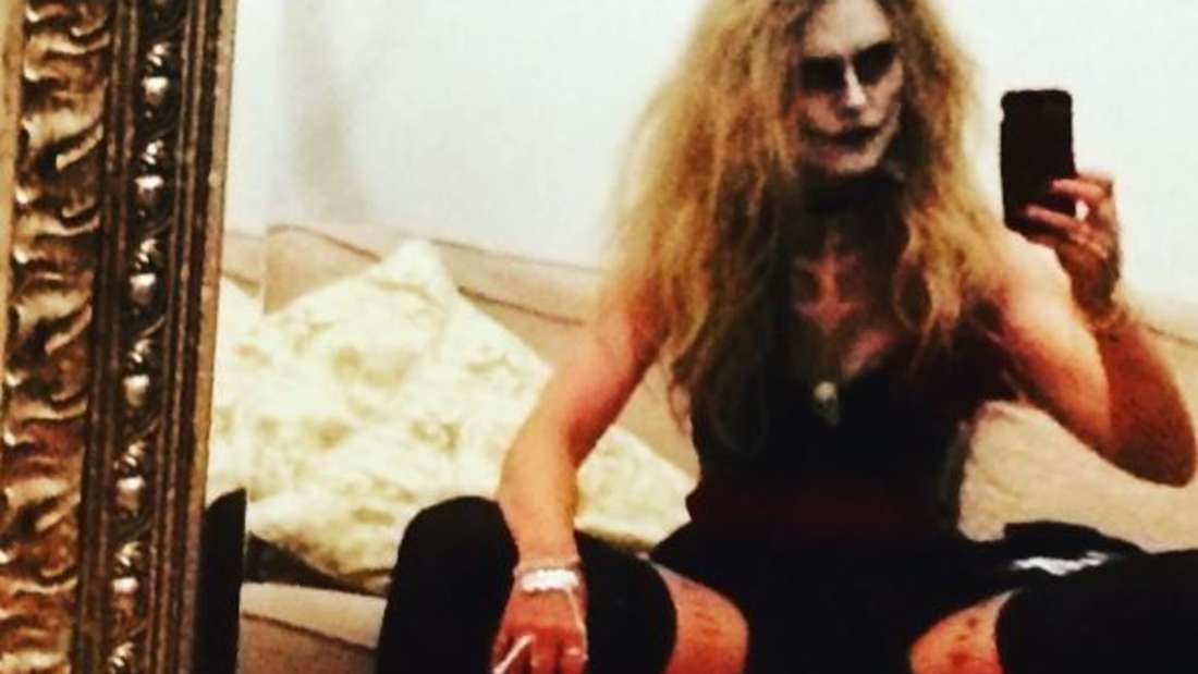 Gespreizte Beine und tiefer Ausschnitt: So präsentiert sich Francesca Dutton auf Instagram.