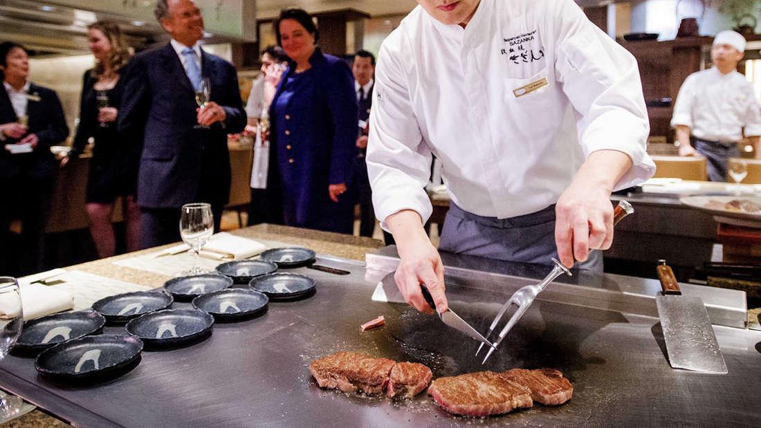 Beim Teppanyaki, wie hier auf einem Bild aus Japan, wird das Essen vor den Augen der Gäste auf einer heißen Stahlplatte zubereitet - wie etwas im Kabuki im Frankfurter Bahnhofsviertel.