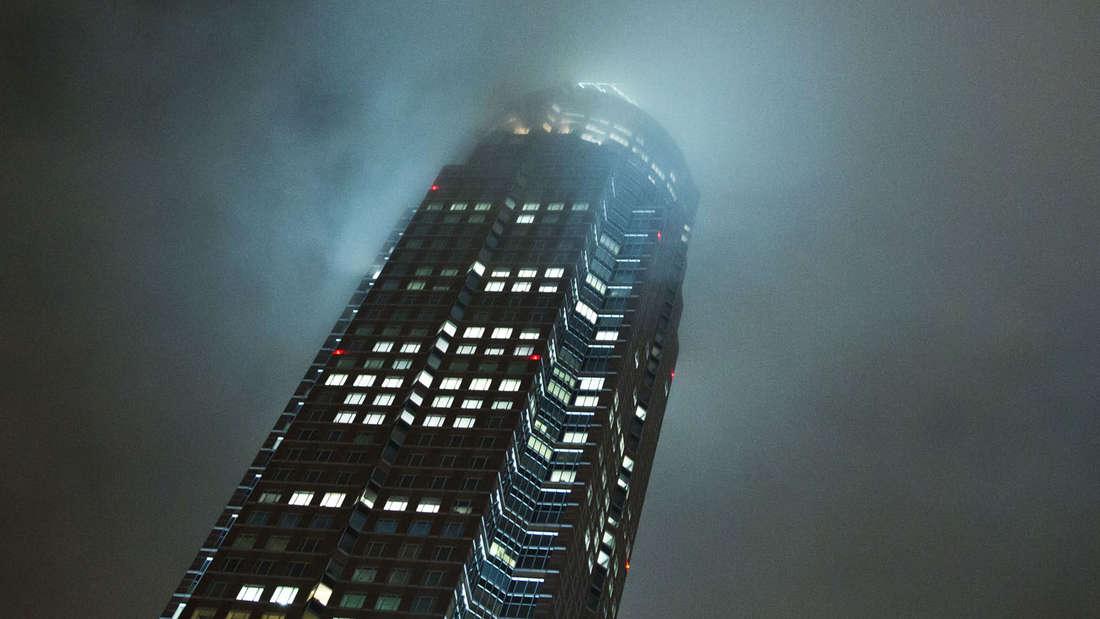 Wahrzeichen: Der Messeturm Frankfurt macht auch bei tief hängenden Wolken eine gute Figur.