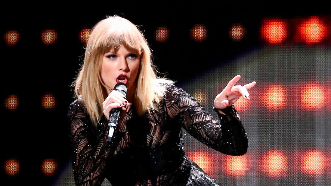 """Taylor Swift: Sie überwachte bei einem Konzert ihrer""""Reputation Stadium Tour"""" ihre Fans."""