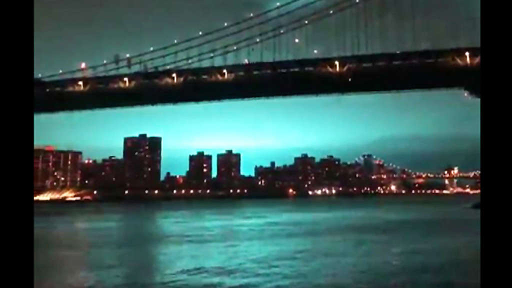 Wilde Spekulationen um blaues Licht am Nachthimmel von New York