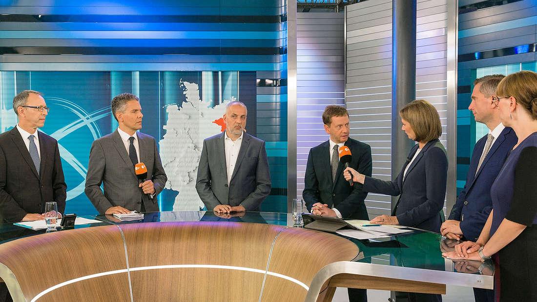Landtagswahl 2019 in Sachsen:Jörg Urban (AFD), Michael Bewerunge, Rico Gebhardt (DIE LINKE) Michael Kretschmer (CDU) Bettina Schausten, Martin Dulig (SPD), Katja Meier (B'90/Die Grünen) bei der TV-Runde des ZDF.