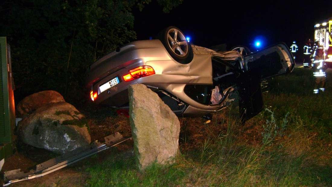Bei dem schweren Unfall im Landkreis Stade bei Hamburg landete der 29-jährige BMW-Fahrer mit seinem Auto auf dem Dach und verletzte sich schwer.