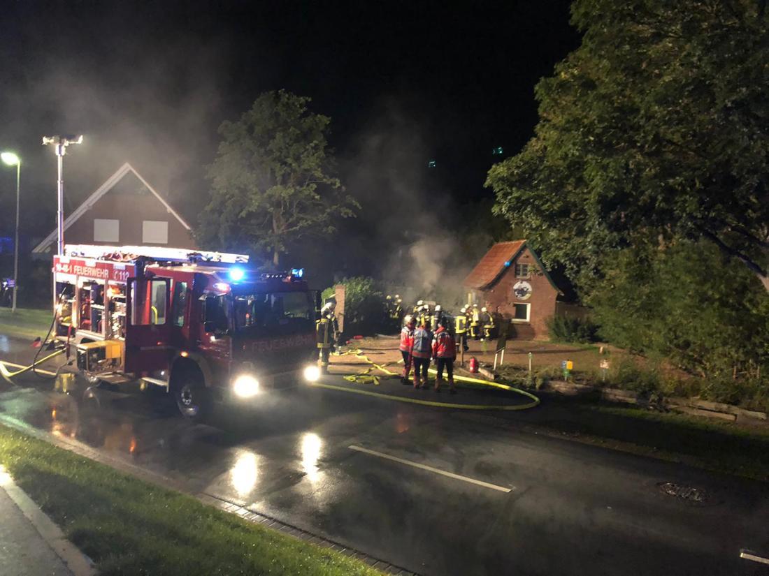 Die Ersthelfer, Polizei und Feuerwehr konnten dem eingeklemmten Ford-Fahrer nicht helfen. Er starb in den Flammen infolge des Horror-Unfalls im Landkreis Stade bei Hamburg.