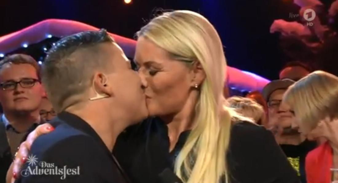 Kerstin Ott küsst ihre Ehefrau Karolina im TV.