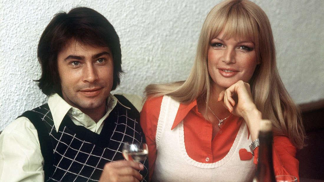 Roy Black und seine erste Frau Silke Vagts bei einem Glas Wein. Das Bild wurde 1973 aufgenommen.
