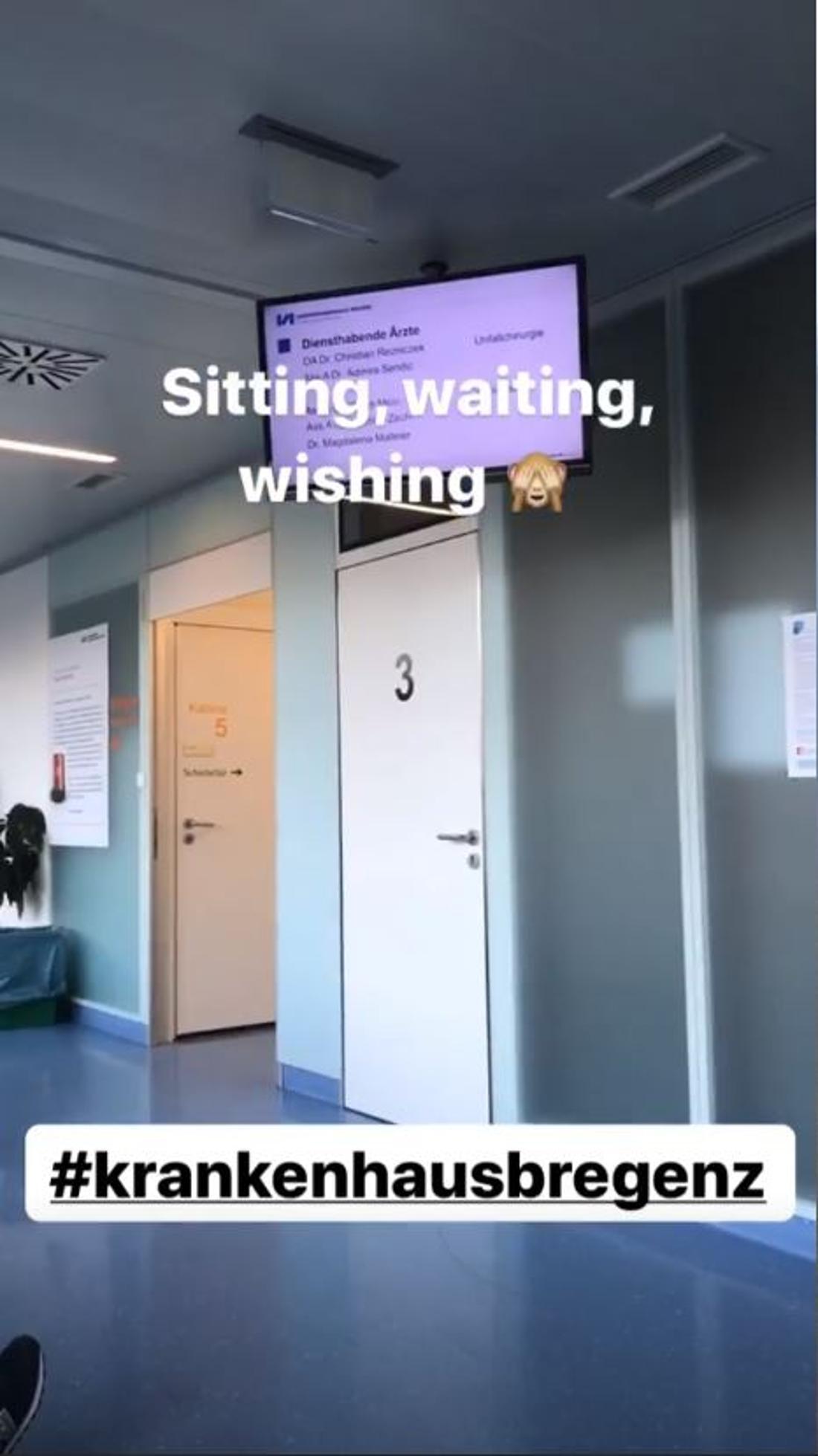 Carina im Wartebereich des Krankenhauses in Bregenz.