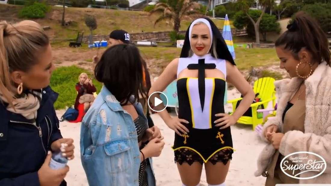 Die Kandidaten sehen Lydia im Nonnen-Outfit das erste Mal.