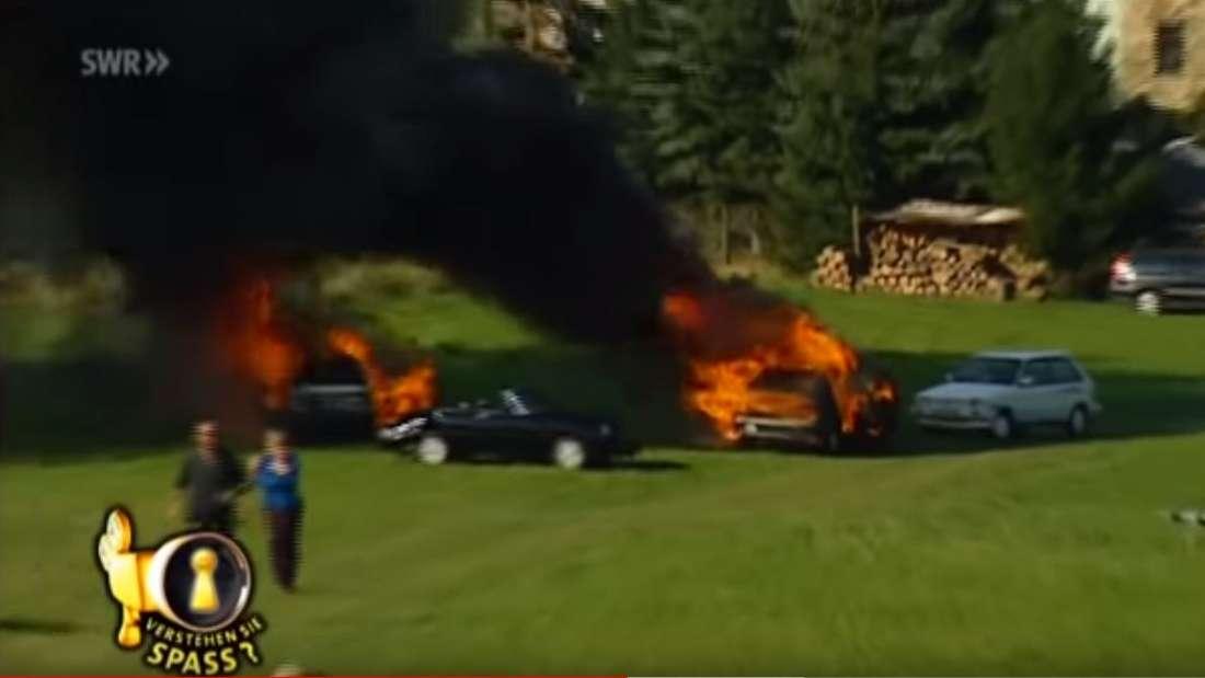 Das Cabrio des Bürgermeisters geht nach dem Unfall in Flammen auf.
