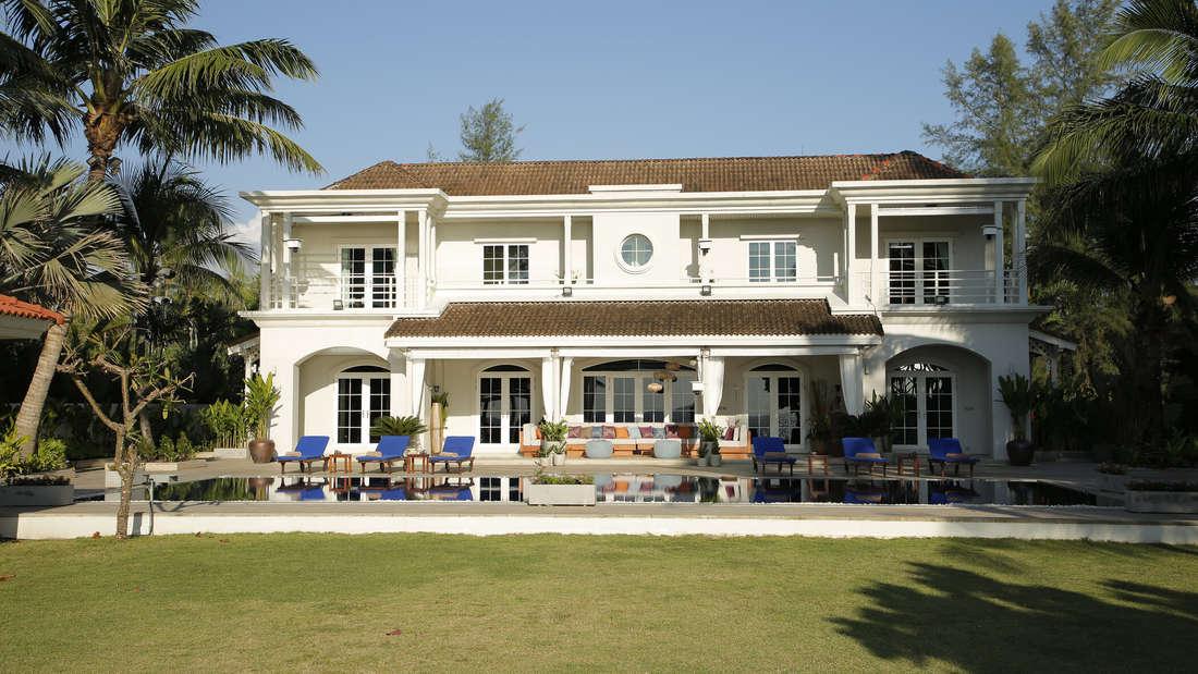"""In dieser Villa werden die""""Promis unter Palmen""""-Kandidaten auf Schritt und Tritt überwacht."""