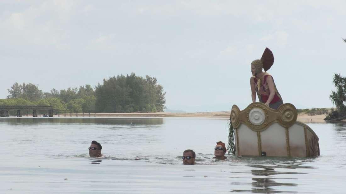 Promis unter Palmen: Als Sanitäter sehen, was im Meer passiert, eilen sie sofort zu Kandidat